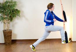 Funktionelles Training für Fussballerinnen - Ausgangsposition Ausfallschritt Schlingensystem