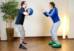 Funktionelles Training für Fussballerinnen - Ausgangsposition Medizinball