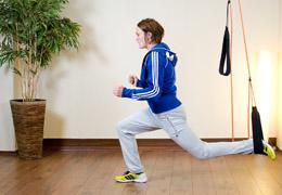 Funktionelles Training für Fussballerinnen - Endposition Ausfallschritt Schlingensystem