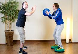 Funktionelles Training für Fussballerinnen - Endposition Medizinball