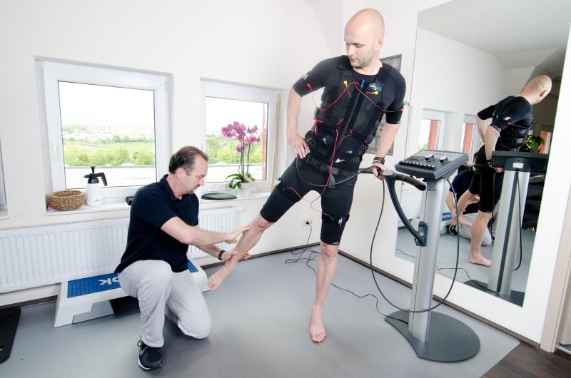 Exzentrisches Krafttraining für die Adduktoren im Stehen mit dem miha bodytec