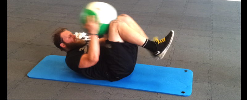 Medizinball Training - Impact Sit-Up Pass