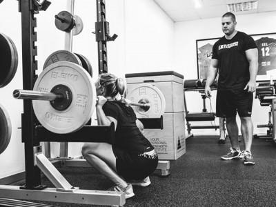 YPSI Athletin und Ju Jitsu Weltmeisterin Romy Korn bei einem Bein-Training mit YPSI Head Coach Wolfgang Unsöld während der 2ten von 5 Phasen in der Vorbereitung auf den Sieg bei der Ju Jitsu Weltmeisterschaft in Paris im November 2014,Functional Training Magazin, Functional Training