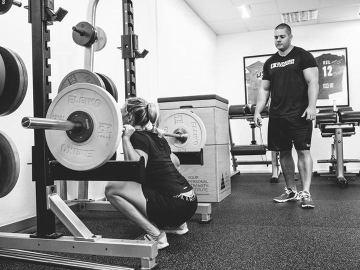 YPSI Athletin und Ju Jitsu Weltmeisterin Romy Korn bei einem Bein-Training mit  YPSI Head Coach Wolfgang Unsöld während der 2ten von 5 Phasen in der Vorbereitung auf den Sieg  bei der Ju Jitsu Weltmeisterschaft in Paris im November 2014