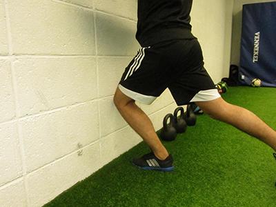 Sagitale Fußgelenksmobilität verbessern, Knie zur Wand bewegen, Ferse bleibt am Boden